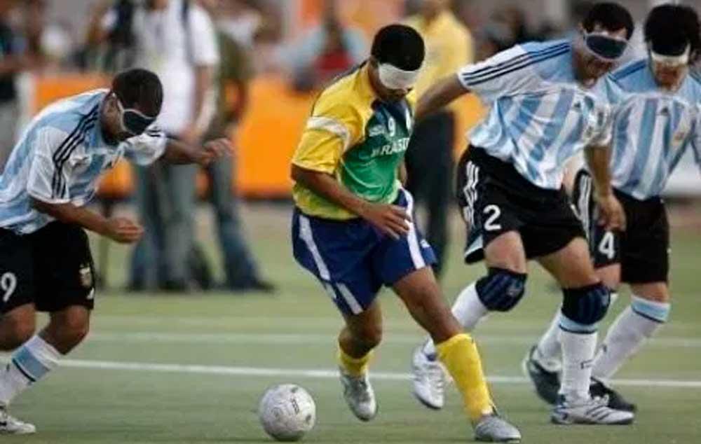 Futebol de 5 para cegos. Onde ter visão de jogo é só uma gíria.