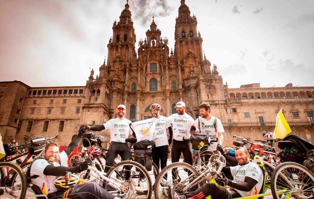 Equipe dos Handgrinos, em frente à Catedral de Santiago de Compostela