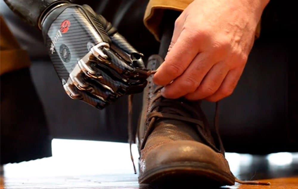 Motores individuaisem cada dedo permitem mover a mão e o punho de uma forma natural, coordenada.