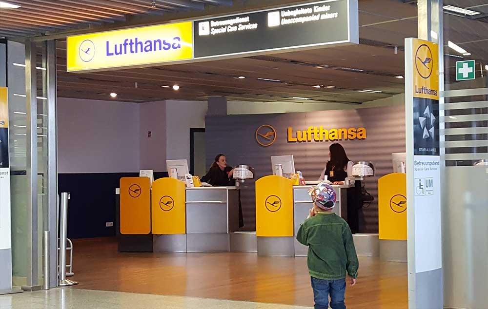 A Acessibilidade nos Aeroportos e Companhias Aéreas é praticada na Alemanha. A Lufthansa possui no Aeroporto de Frankfurt, um serviço de atendimento especial para passageiros que necessitam de atendimento diferenciado