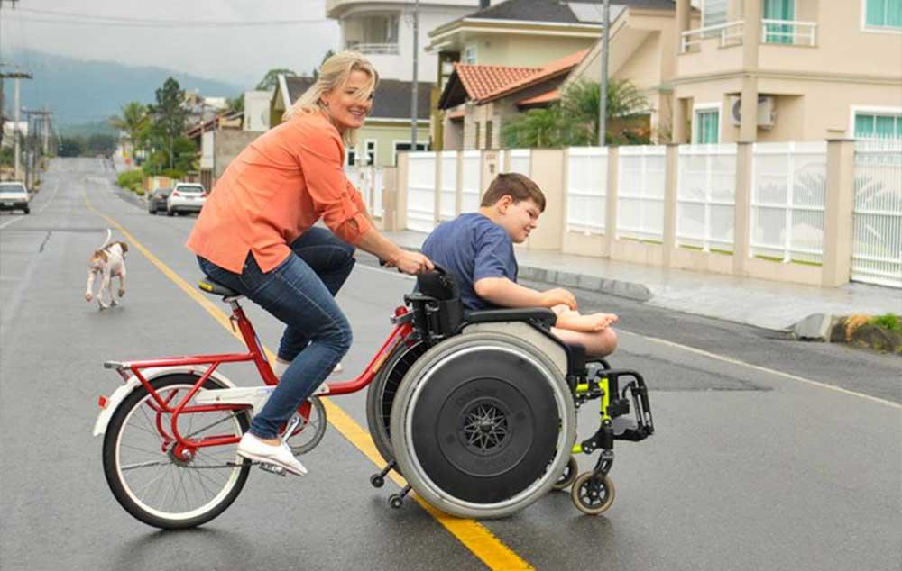 Pais adaptam bicicleta para incluir filho em passeios com família
