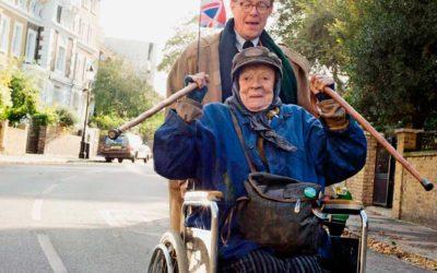 Baseado no livro de Alan Bennett, o filme 'A senhora da van' traz Maggie Smith como protagonista