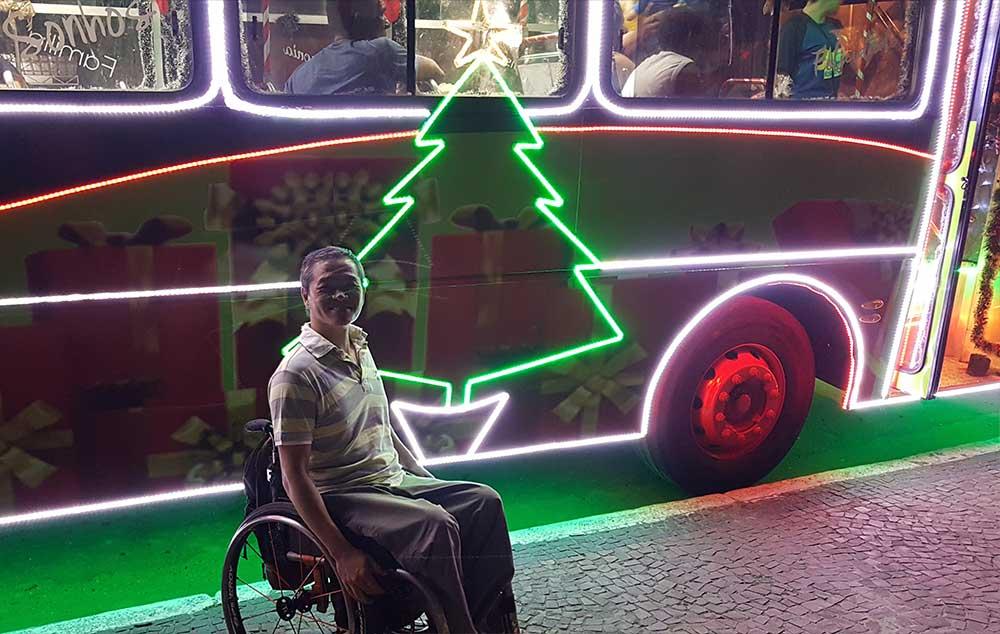 Ônibus acessíves iluminados para o Natal