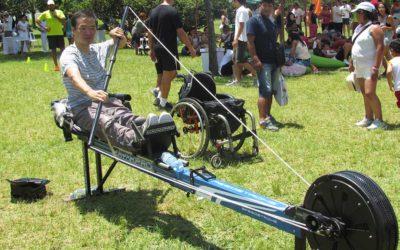 Cadeirante experimenta simulador de canoagem