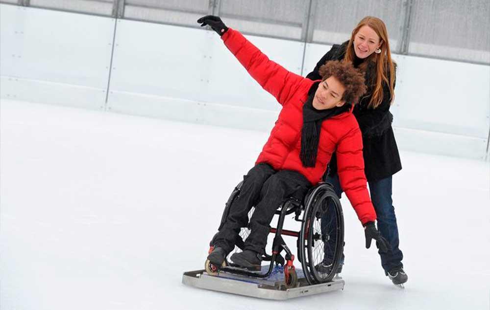 Patinação no gelo em cadeira de rodas. Opções diferentes para se divertir.