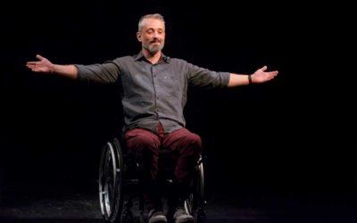 """A vida de cadeirantes no palco. Luciano Mallmann escreveu e interpreta """"Ícaro""""."""