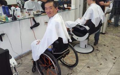 Cortando cabelo com acessibilidade. Dispensando a cadeira de barbeiro.