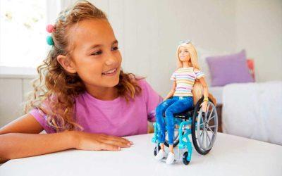 Barbie con discapacidad. Muñecas con prótesis y silla de ruedas de la Línea Fashionista de Mattel.