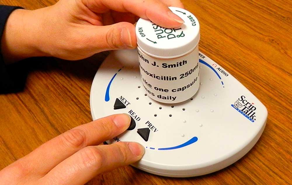 ScripTalk descreve rótulos em áudio. Equipamento auxilia cegos em farmácias.