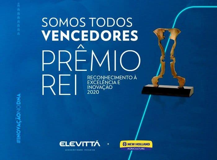 """Banner com fundo azul e letras brancas, escrito: """"Somos todos vencedores Prêmio Rei. Reconhecimento à excelência e inovação 2020"""". Foto do troféu e logotipos da Elevitta e New Holland."""