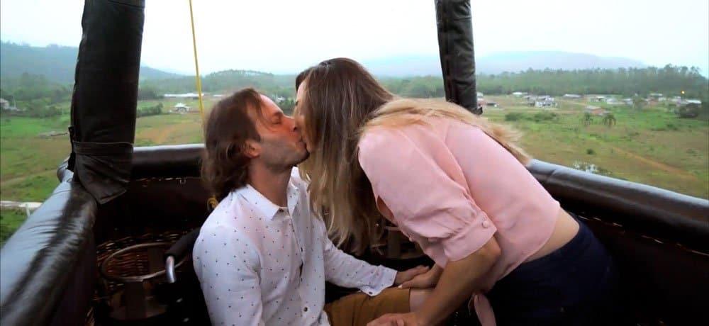 cadeirante beija sua namorada dentro do cesto do balão, voando pelos campos gaúchos